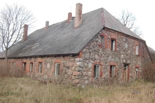 Laukakmeņu māja 240 kv/m platībā ar 1 ha zemes 12 km no Liepājas